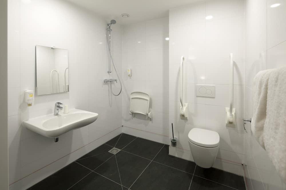 Family Quadruple Room, Accessible - Bathroom