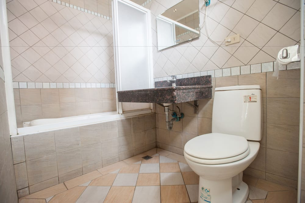 Business Quadruple Room - Bathroom