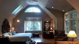 Foto di Brand New Upscale Serene Redwood Retreat in Arcata Perfect Couple s Retreat by RedAwning a Arcata