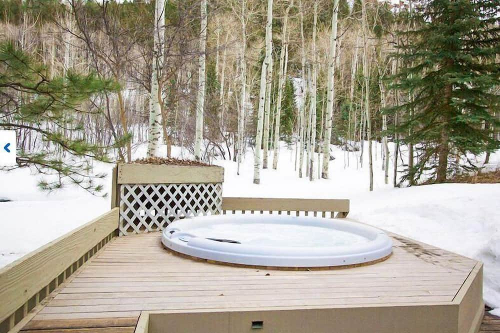 House, 6 Bedrooms - Outdoor Spa Tub