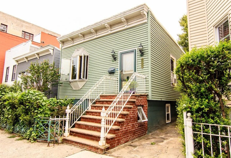 Charming Private Astoria Apt 10 Min To Manhattan by RedAwning, Astoria