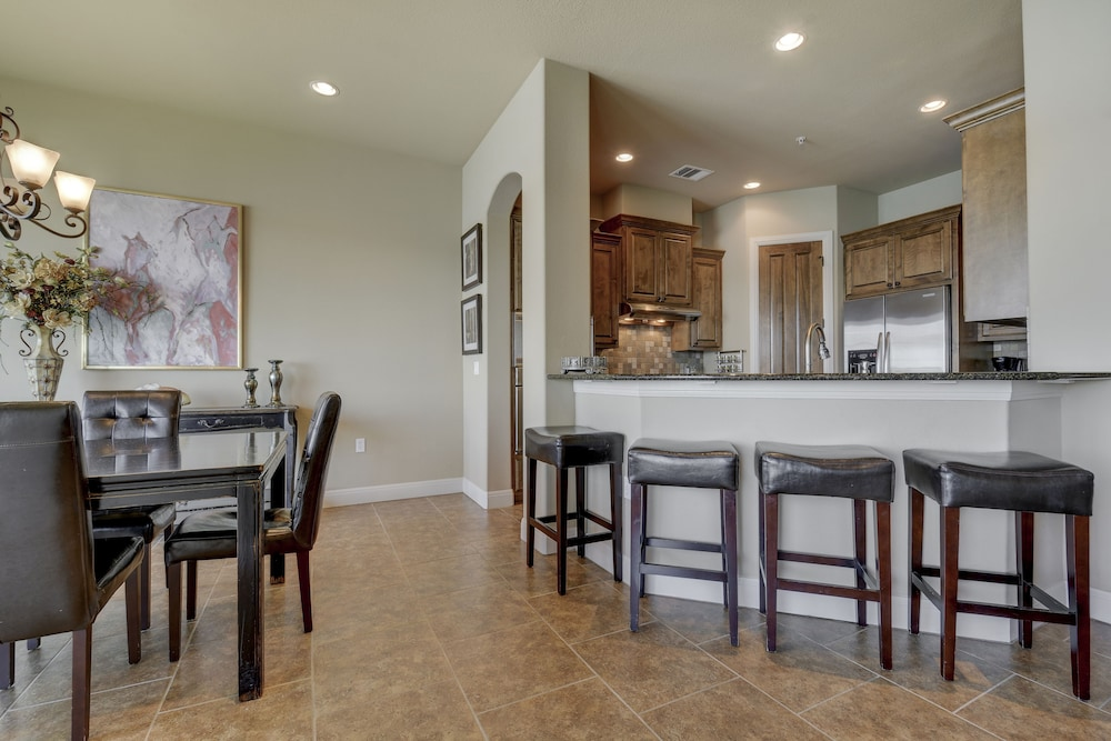 Sophisticated Lake Travis Condo By RedAwning, Lakeway, Guest Room