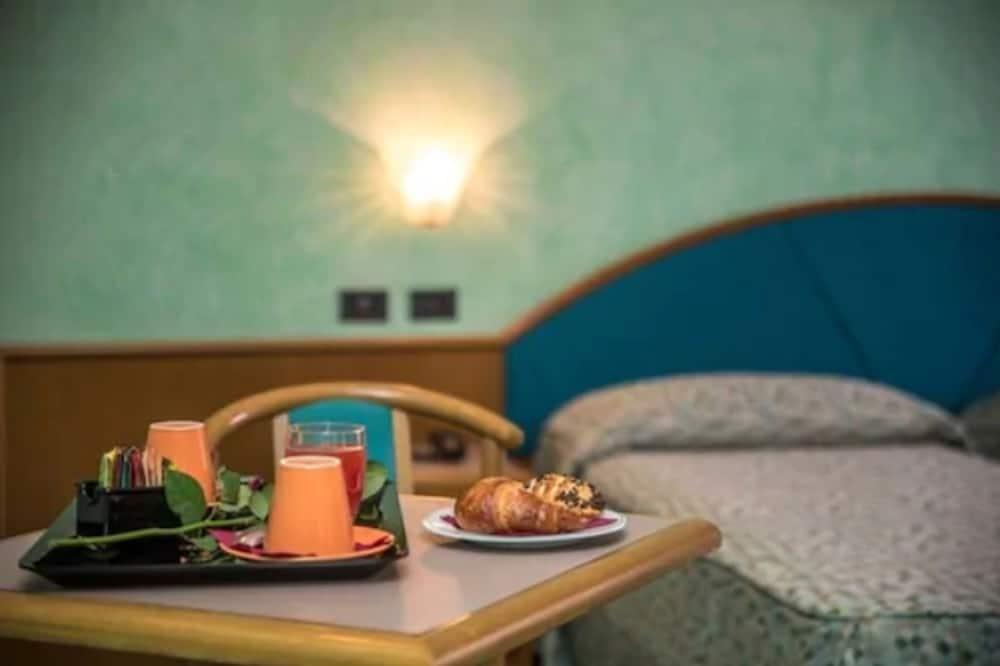 Habitación clásica con 2 camas individuales - Servicio de comidas en la habitación