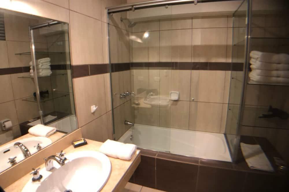 City Apartment, 3 Bedrooms - Deep Soaking Bathtub