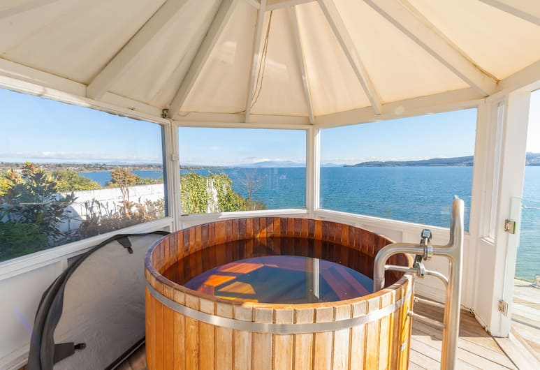 Spectacular Lakefront Home, Taupo, Outdoor Spa Tub