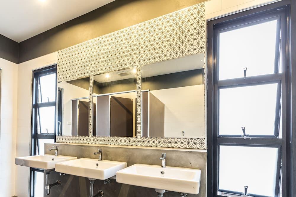 6 Beds Female Dormitory - Bathroom