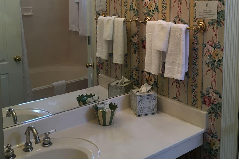 Luxus szoba, 1 queen (nagyméretű) franciaágy, nemdohányzó (Downstairs) - Mosdó a fürdőszobában