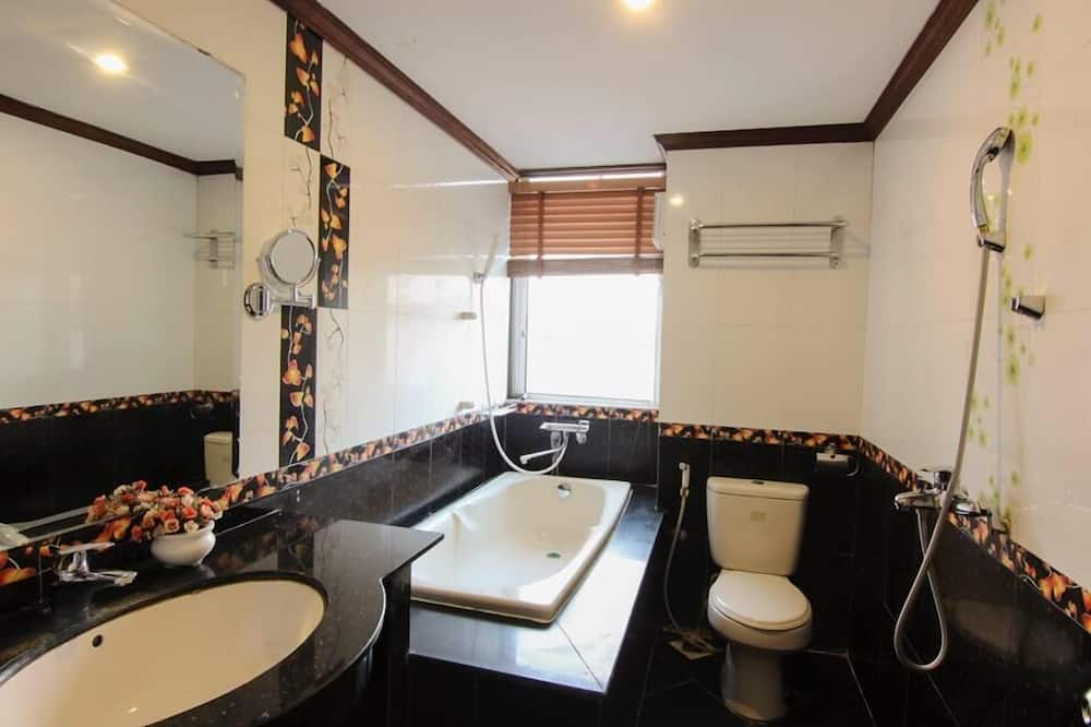 Deluxe-Zweibettzimmer, Mehrere Betten - Badezimmer