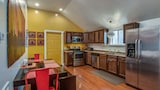 Foto di Colorful and Historic East Nashville House by RedAwning a Nashville