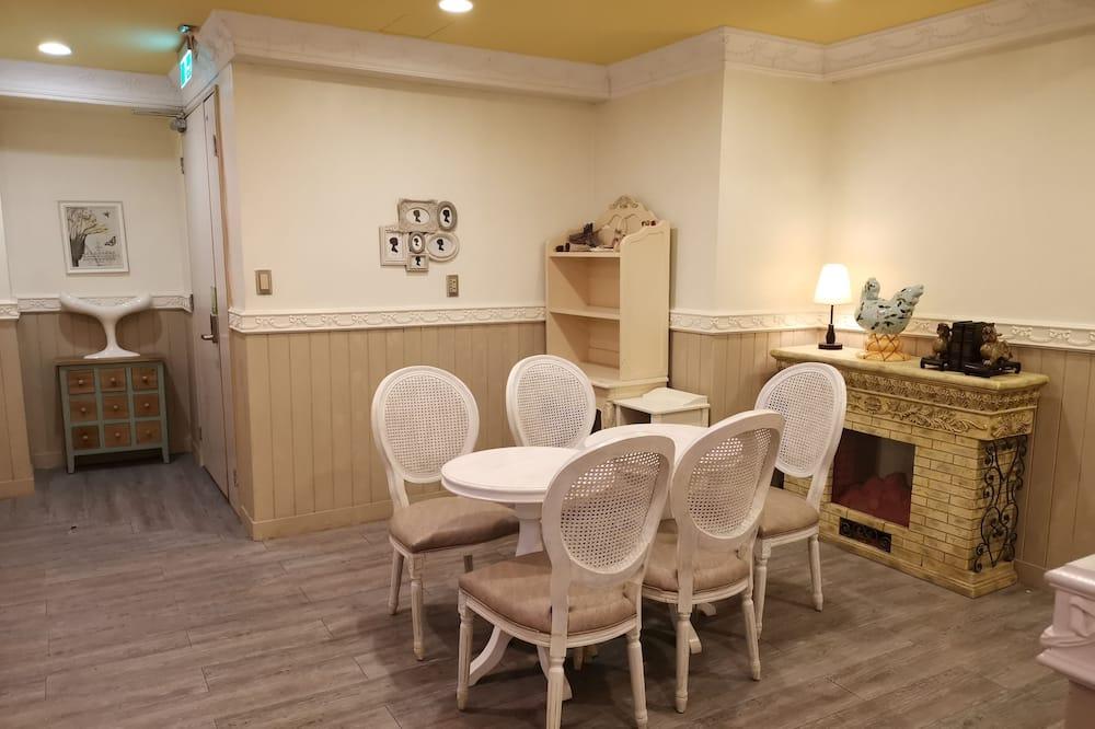 Háromágyas szoba, privát fürdőszoba - Nappali rész