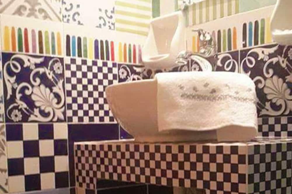 Paaugstināta komforta numurs, viena guļamistaba, vannasistaba numurā, skats uz pilsētu - Vannasistaba