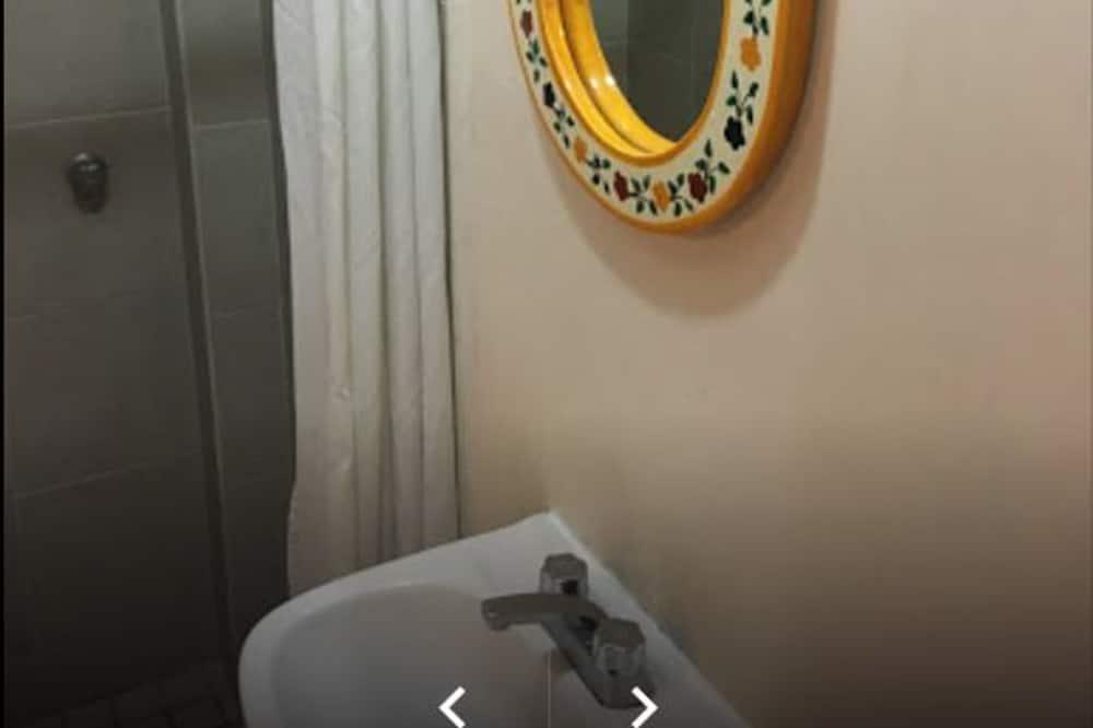 Basic Room, 1 Double Bed - Bathroom