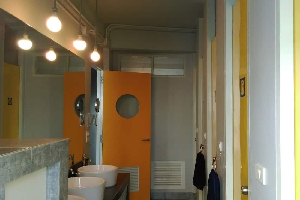 8 Bed Female Dorm Shared Bathroom - Vannasistaba