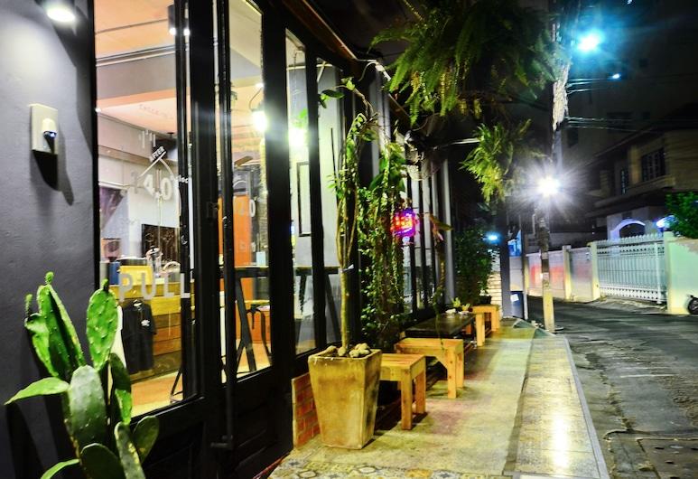 鄰居胡特青年旅舍及咖啡廳, 曼谷, 酒店入口 - 夜景