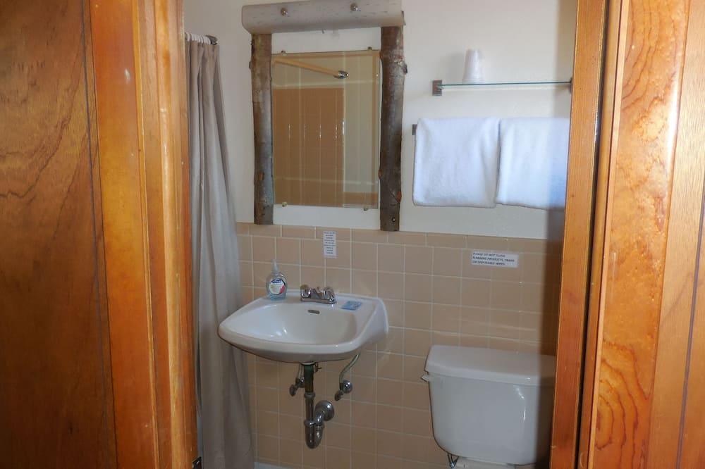 Chambre, 1 très grand lit, non-fumeurs - Lavabo de la salle de bain