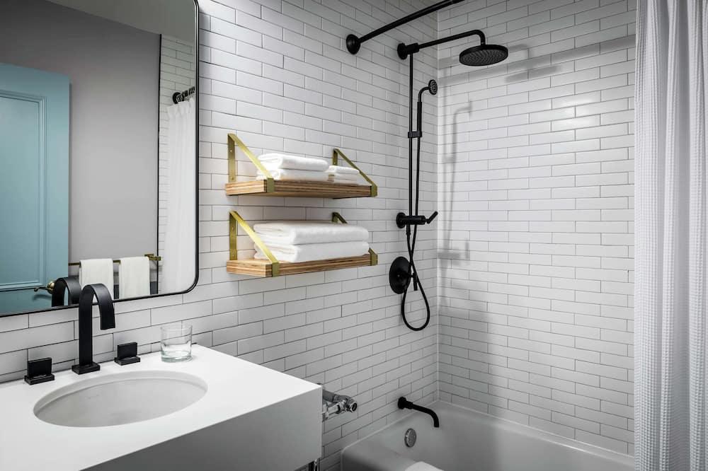 Deluxe Room, 2 Queen Beds, Accessible, Bathtub (Mobility & Hearing) - Bathroom