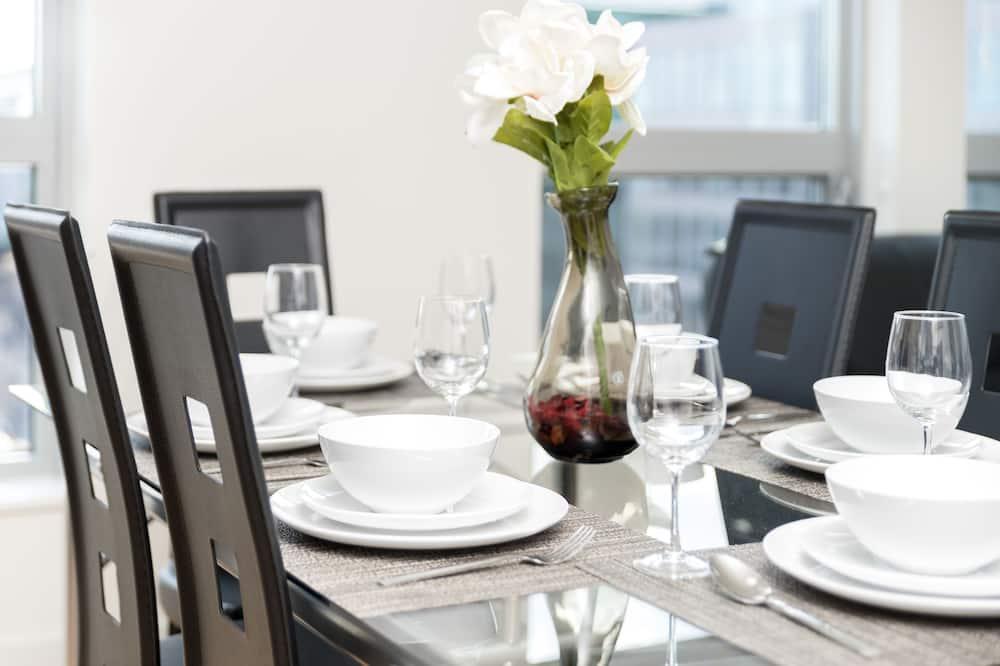 Aukštesnės klasės apartamentai, 2 miegamieji, virtuvė, vaizdas į miestą - Vakarienės kambaryje