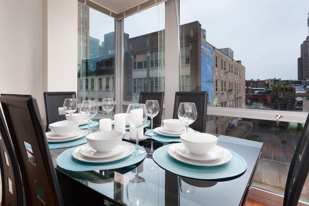 Liukso klasės apartamentai, 1 miegamasis, su patogumais neįgaliesiems, vaizdas į miestą - Vakarienės kambaryje