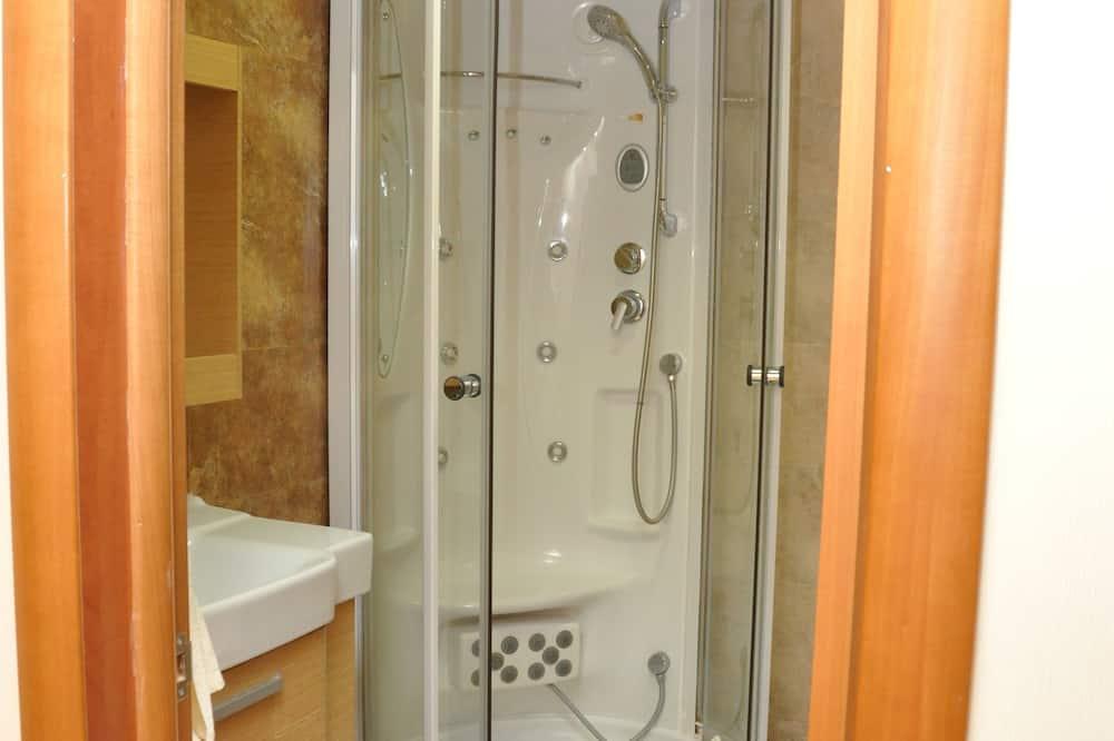 Кровать в общем номере для мужчин и женщин с 8 кроватями - Ванна кімната