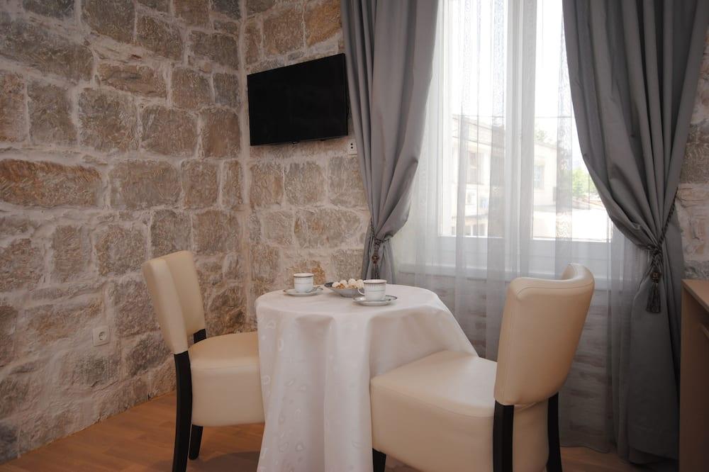 Izba typu Superior s dvojlôžkom alebo oddelenými lôžkami, výhľad na mesto - Stravovanie v izbe
