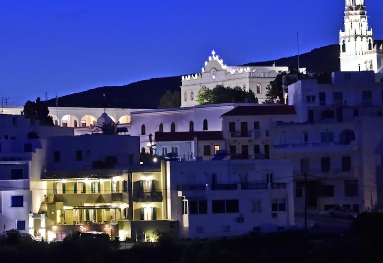 Filoxenia, Tinos, Fachada del hotel de noche