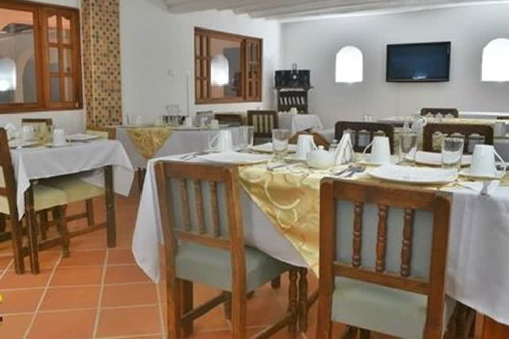 Honeymoon Shared Dormitory - In-Room Dining