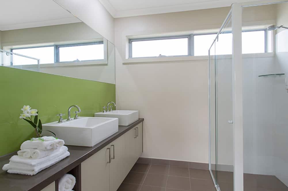 Suite, 2 Bedrooms (with Sofa Bed) - Bathroom