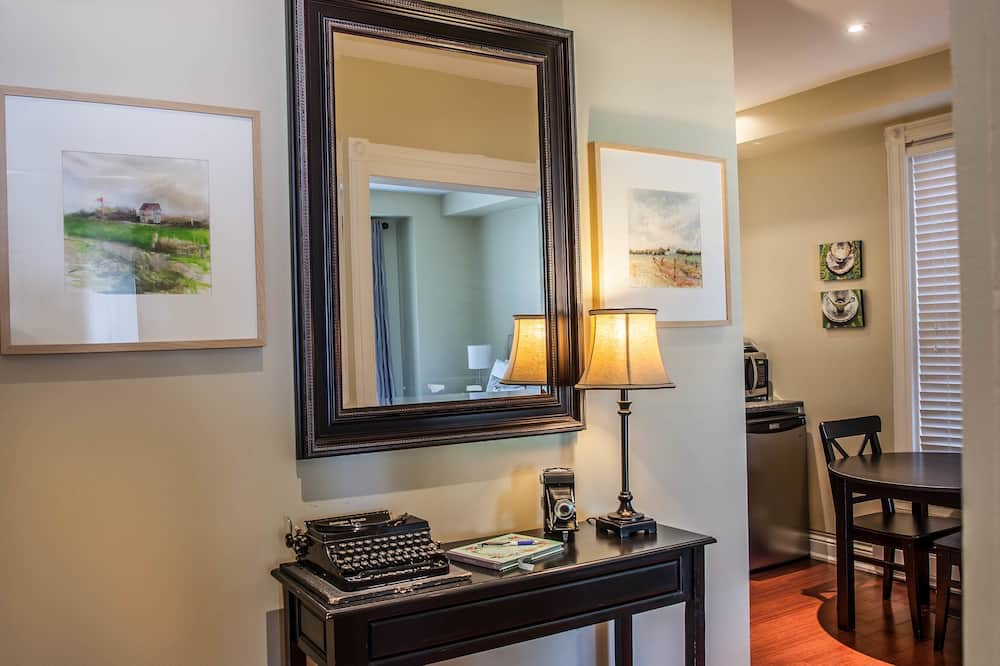 Suite, 1 King Bed, Kitchenette, Garden Area - Living Area