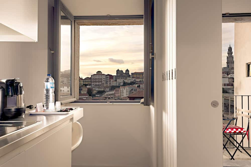 Дизайнерские апартаменты, Несколько кроватей, балкон, вид на город - Вид из номера