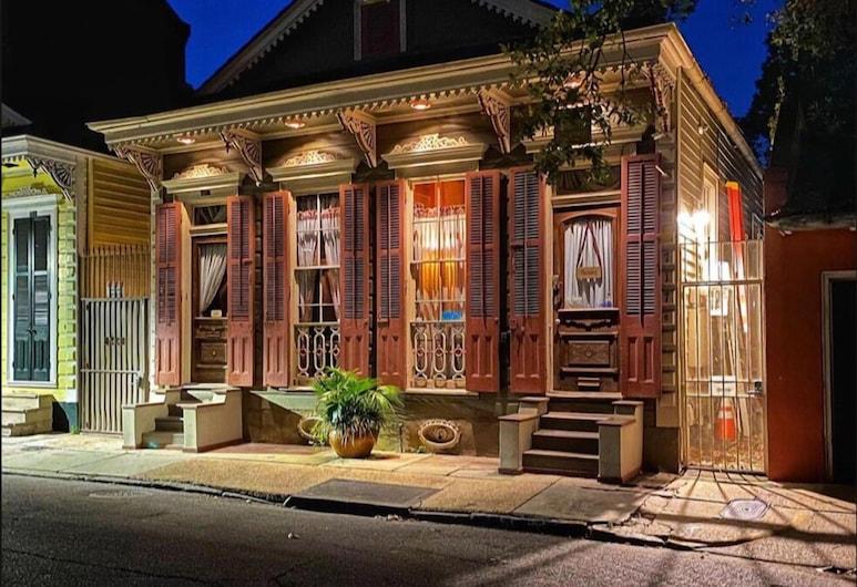 Royal Barracks Guest House, New Orleans, Průčelí hotelu ve dne/v noci