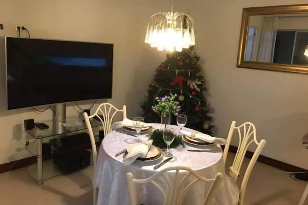 شقة مريحة - غرفة نوم واحدة - بمطبخ - تناول الطعام داخل الغرفة