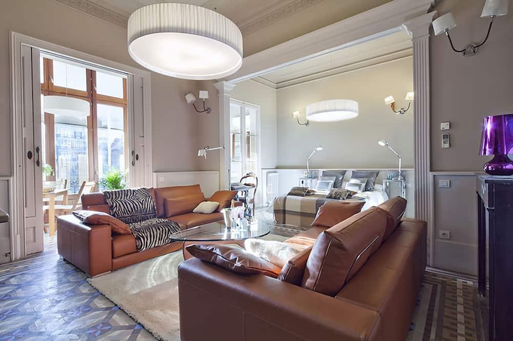 Traditional Apartment, 4 Bedrooms, Non Smoking, Bathtub - Living Room
