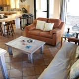 Comfort Apartment, 2 Bedrooms, Courtyard View - Living Room