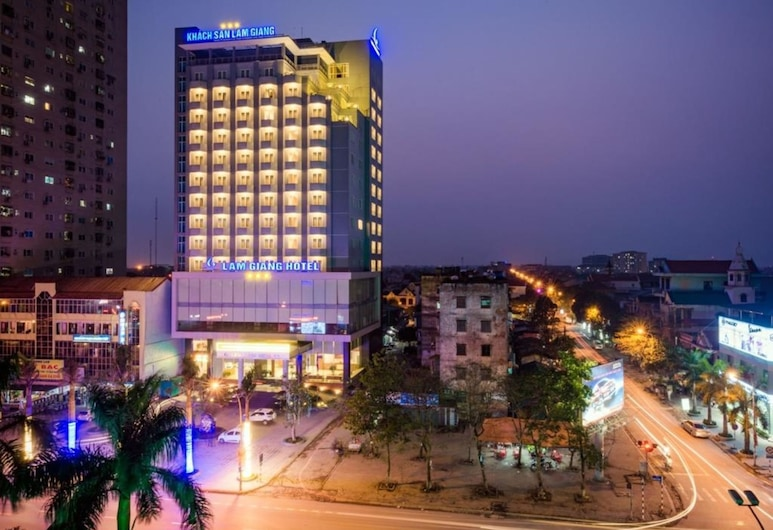 Lam Giang Hotel, Vinh, Hotelfassade am Abend/bei Nacht