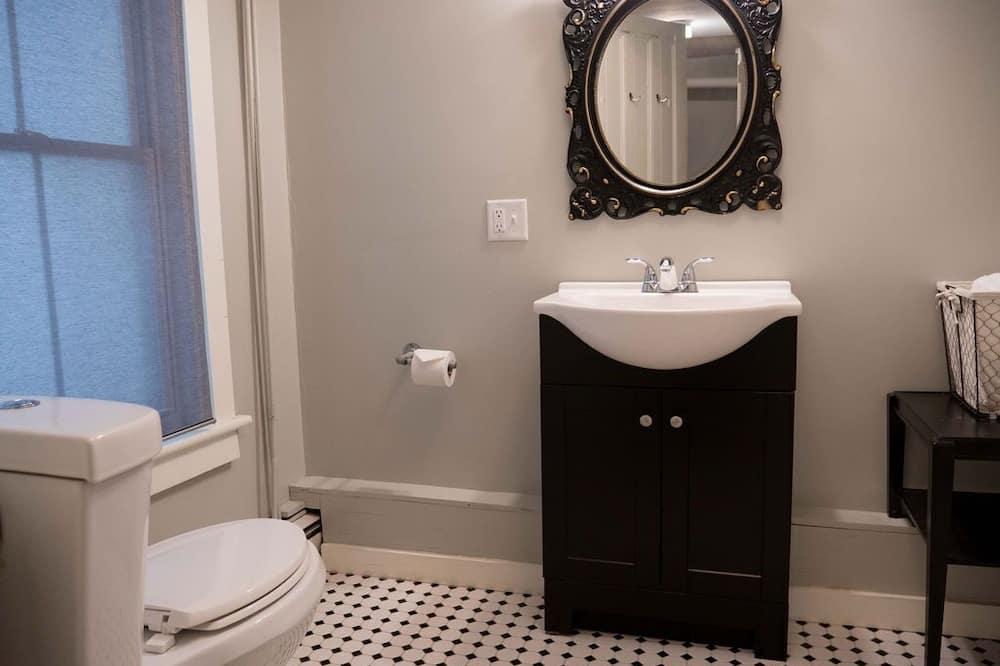 Suite, Ground Level Apartment, Full Kitchen, Private Bathroom - Baðherbergi