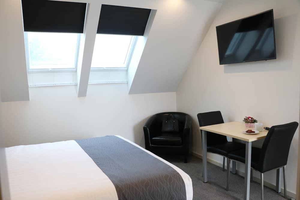 Business Studio, 1 King Bed, Refrigerator & Microwave - Living Room