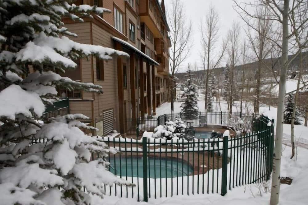 منزل عائلي - غرفتا نوم - حمّام سباحة خارجي