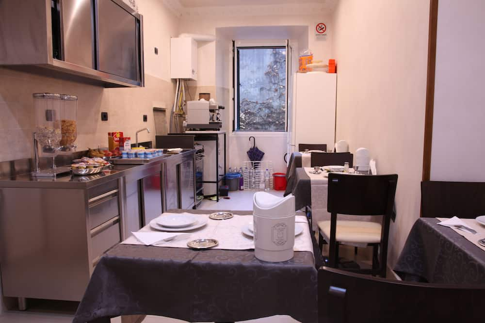 Standard Double or Twin Room, 1 Bedroom, Private Bathroom, Courtyard View - Shared kitchen