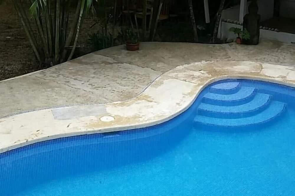 Hồ bơi ngoài trời