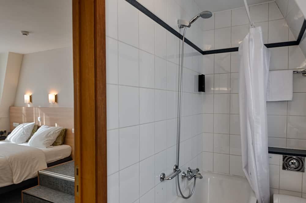 Deluxe Room - Bathroom Shower