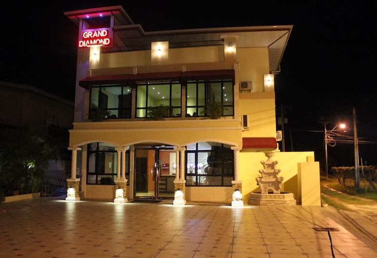 三一大鑽石套房飯店, 皮亞科, 飯店入口 - 夜景