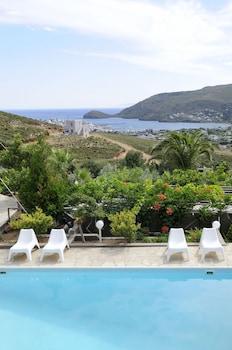 ภาพ Kymothoi Rooms & Pool Bar ใน Andros
