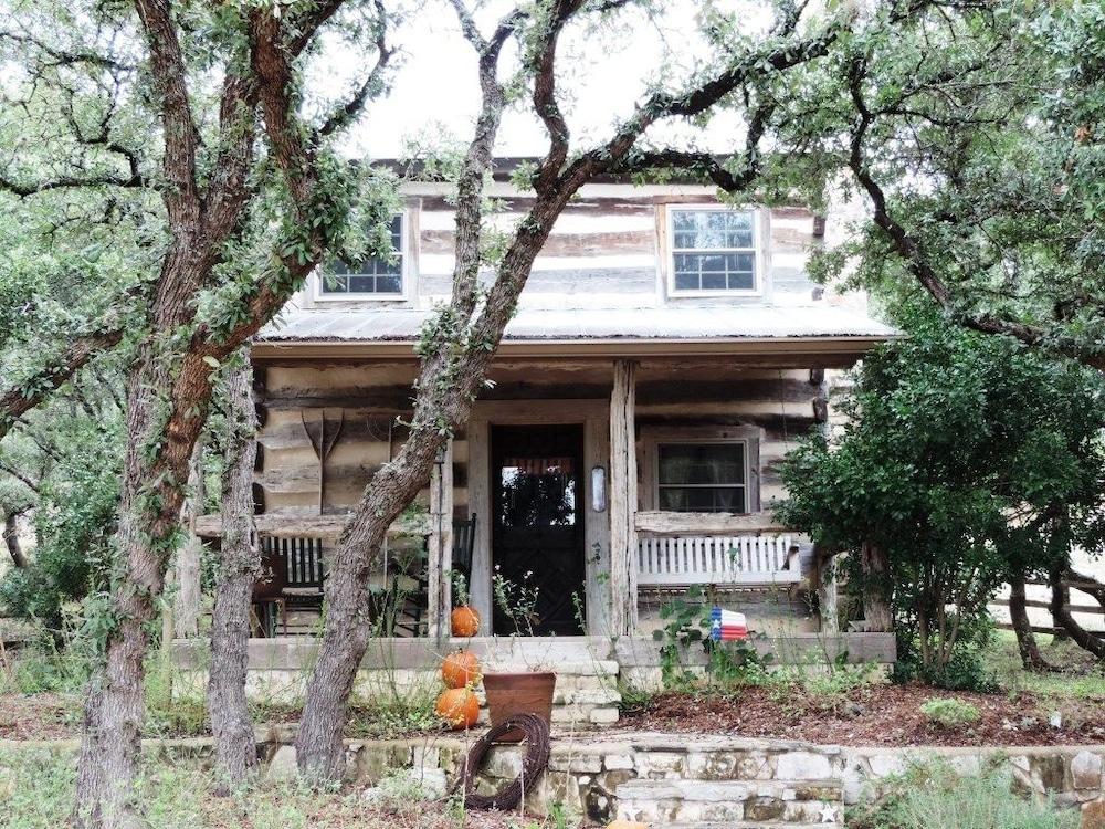Book happy trails log cabin fredericksburg texas for Cabins near fredericksburg tx