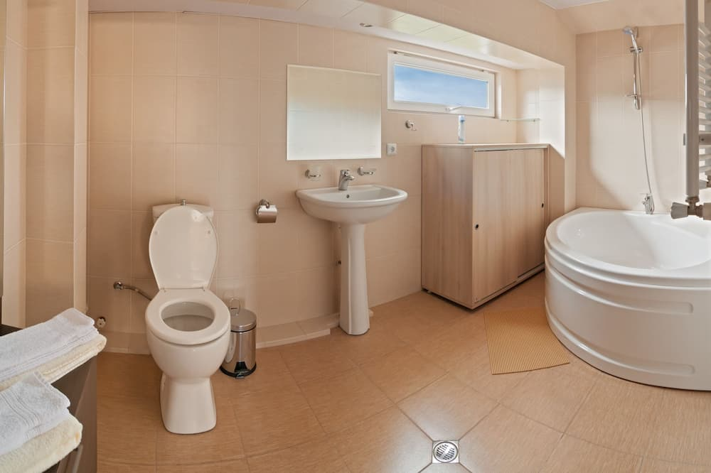 Comfort Triple Room, Terrace - Bathroom