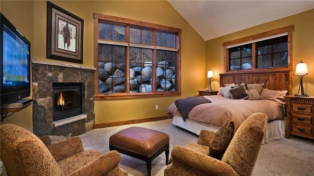Black Bear Chalet 4 Bedroomholiday Home By Moving Mountains Steamboat Springs