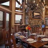 Deluxe Condo, 3 Bedrooms, Mountain View, Mountainside - In-Room Dining