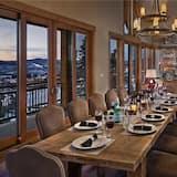 منزل - عدة أسرّة - منظر للجبل (Falconhead Grande (Home)) - تناول الطعام داخل الغرفة