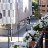 Habitación con cama grande y balcón - נוף לרחוב