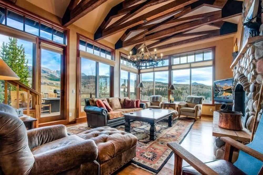 Family House, 5 Bedrooms, Mountainside - Living Area