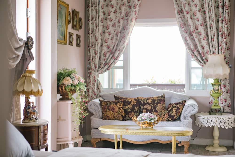 Deluxe King Suite (Lavender) - Living Area